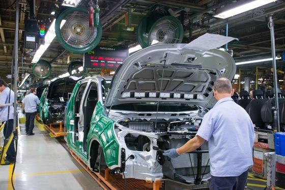 GM 브라질 상조제두스캄푸스 공장에서 근로자가 차량을 조립하고 있다. [사진 한국GM]