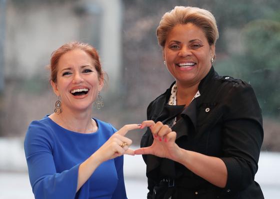 2018 글로벌 비즈니스 평화상 수상자인 미국의 'EBW 2020'의 잉그리드 밴더벨트(왼쪽)와 애나 맥코이 공동대표가 8일 인터뷰 후 손으로 하트 모양을 그려보이고 있다. 최승식 기자