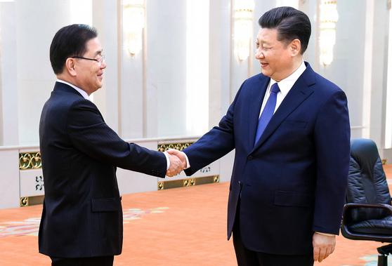 시진핑 중국 국가주석(오른쪽)이 특사로 방중한 정의용 청와대 국가안보실장과 악수하고 있다. [AP=연합뉴스]
