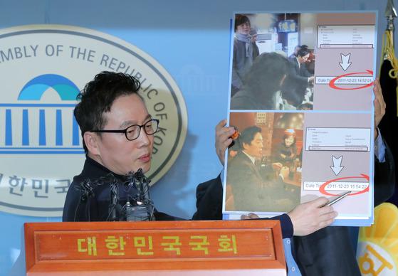 정봉주 전 의원이 자신을 겨냥한 성추행 의혹과 관련해 12일 국회 정론관에서 기자회견을 열고 입장을 밝히고 있다. [연합뉴스]