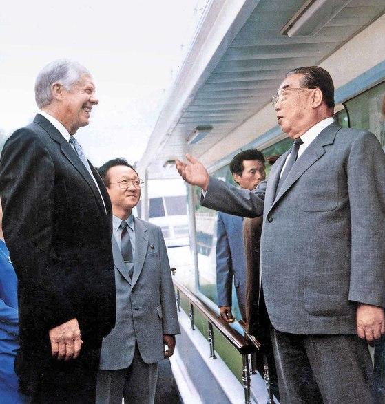 지난 20여 년간 북한과 미국은 합의와 파기를 반복했다. 사진은 1994년 6월 방북한 지미 카터 전 대통령이 김일성 주석을 만나는 모습. [중앙포토]