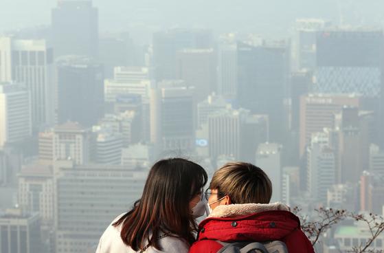 12일 오후 서울 남산에서 한 커플이 미세먼지 마스크를 끼고 있다. [뉴스1]