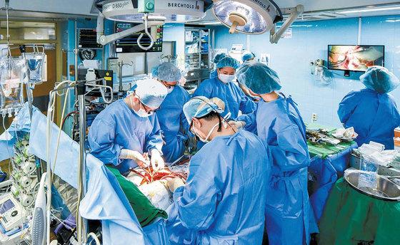 계명대 동산병원 흉부외과 의료진이 60대 부정맥 환자의 심장 판막을 수술하고 있다. 동산병원은 심장 치료와 관련 한 심평원 평가에서 모두 1등급을 받았다. 박정근 기자