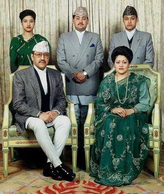 비운의 네팔 왕가 가족사진. 앞줄 왼쪽은 비롄드라 국왕, 오른쪽은 아이스와랴 왕비. 뒷줄은 왼쪽부터 쉬루티 공주, 디펜드라 왕세자, 니라잔 왕자. [중앙포토]