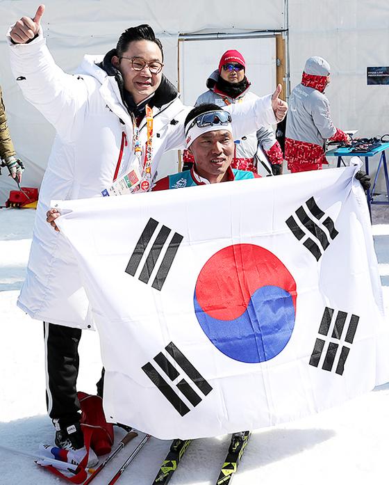 평창패럴림픽에서 한국의 첫 메달을 따낸 신의현(앞)이 배동현 선수단장과 함께 기뻐하고 있다. 평창=장진영 기자