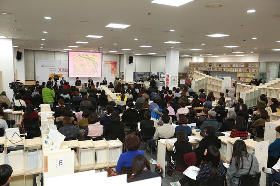 지난 7일 서울 동작구 서울여성플라자에서 여성의 날 기념 토크쇼가 열렸다. 미투 운동이 사회 전반으로 번진 상황 속에서 시민 200여 명이 몰려 성폭력 예방을 위해 머리를 맞댔다. [사진 서울시여성가족재단]