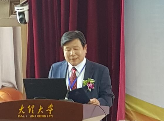 3월 9일(금), 중국 대리대학교 고성캠퍼스 도서관 강당에서 성결대 윤동철 총장이 연설을 하고 있다.
