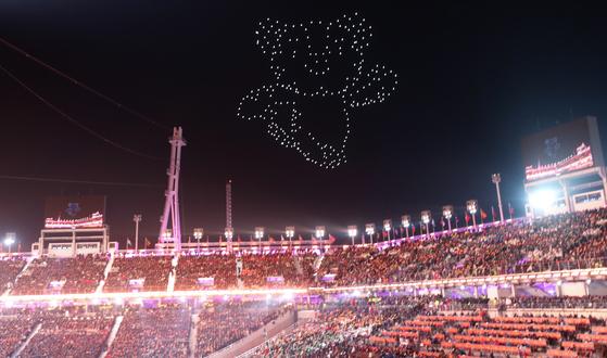 지난달 25일 강원도 2018 평창 겨울올림픽 폐회식에서 드론으로 만든 수호랑 마스코트가 폐회식장 하늘을 뛰놀고 있다. [연합뉴스]
