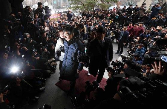 안희정 전 충남지사는 지난 9일 서울서부지검에 자진 출두해 9시간 넘게 조사를 받았다. 안씨는 현재 수도권의 지인 집에 머물고 있다. [김상선 기자]