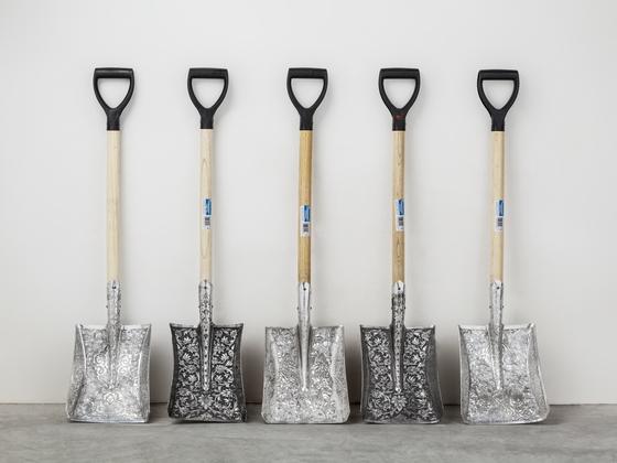 """Engraved Shovels (2016) Embossed aluminium 각 21x17x100cm. 델보예가 """"가장 민주적인 사물 중 하나""""라고 소개한 삽. 인간의 노동과 가장 가까운 사물이 귀족적인 문양을 입고 작품으로 재탄생했다. [사진 갤러리현대]"""