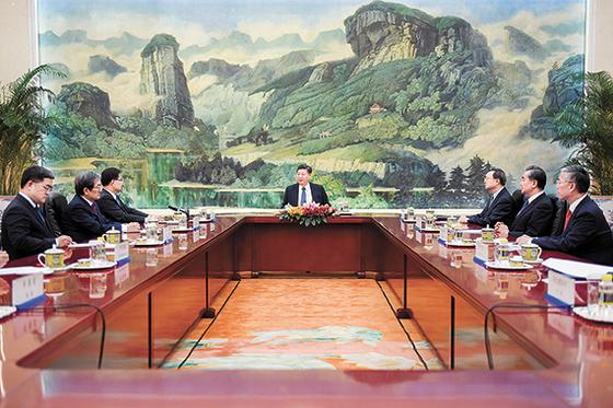시진핑 국가주석(가운데)과 그보다 하석에 앉은 정의용 국가안보실장(왼쪽 셋째). [로이터=연합뉴스]