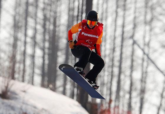 12일 정선알파인경기장에서 열린 2018 평창 겨울 패럴림픽 스노보드 크로스에서 경기를 펼치는 멘텔-스피. [로이터=연합뉴스]