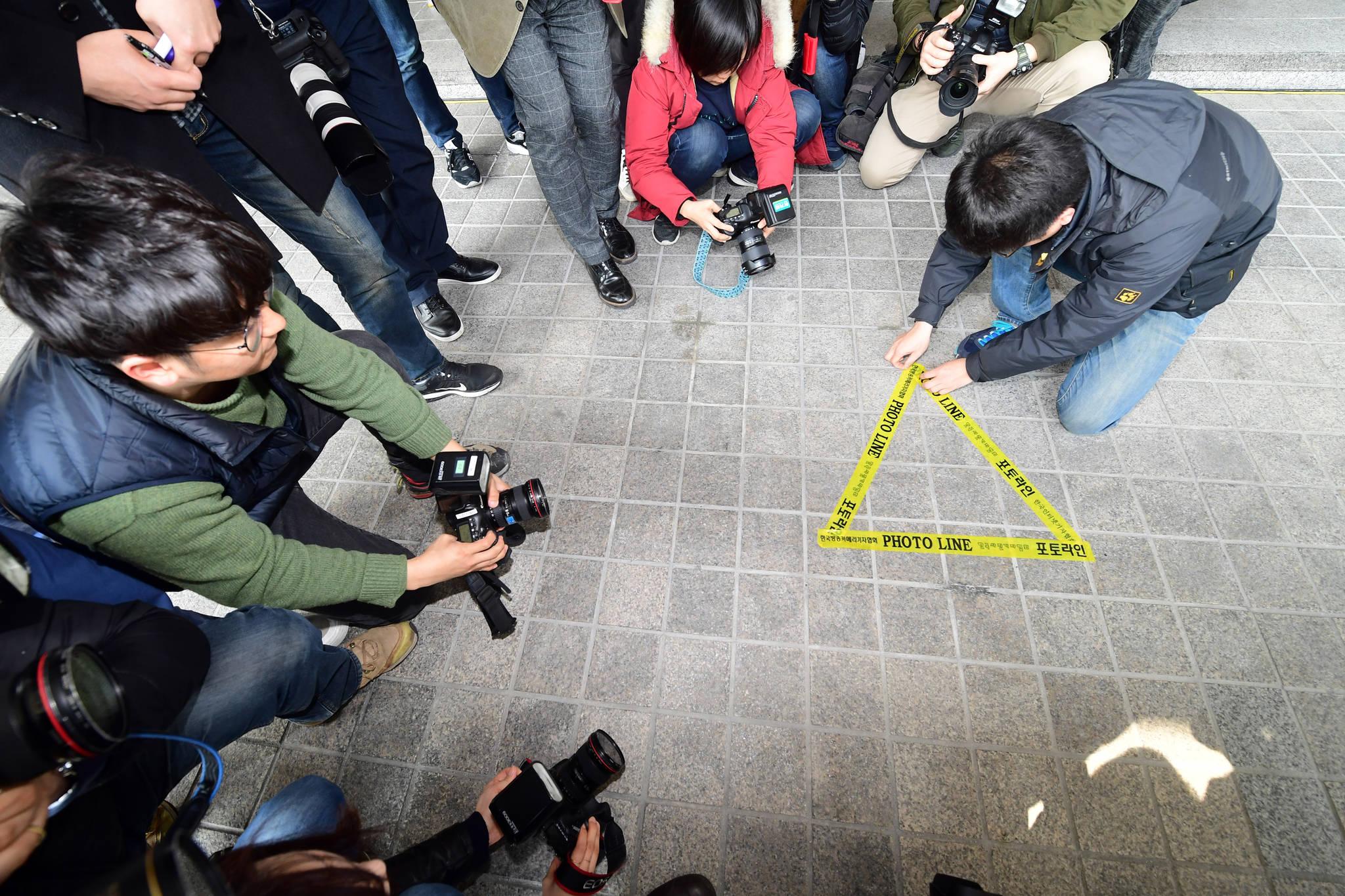 이명박 전 대통령의 검찰출두를 하루 앞 둔 13일 서울 서초동 중앙지검에서 취재진들이 포토라인을 정리하는 등 준비작업을 하고 있다. 강정현 기자