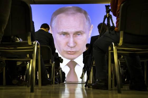 지난 1일 블리디미르 푸틴 러시아 대통령의 국정연설을 언론인들이 듣고 있다. [AP=연합뉴스]