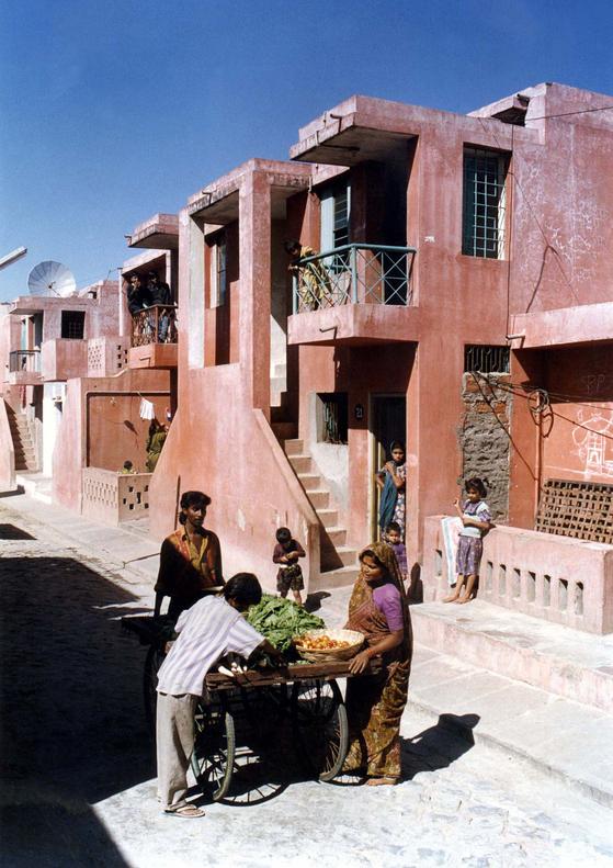 1989년 인도 인도르의 저소득층을 위해 설계한 주택단지 'Aranya Low Cost Housing'. 거리와 각 가구의 현관이 자연스럽게 연결되도록 배치했다.  [사진 The Pritzker Prize]