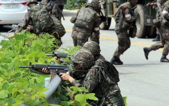 강원도 고성군 탈영병 검거 작전에 투입된 군인들 [사진 중앙포토]