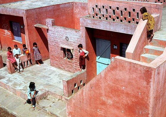 "Aranya Low Cost Housing. 도쉬는 ""이곳들은 그냥 집이 아니다. 행복한 공동체가 살고 있는 가정이다. 그게 가장 중요한 것""이라고 말했다. [사진 The Pritzker Prize]"