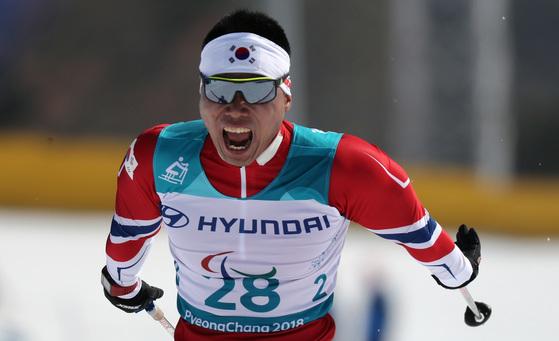 11일 강원도 평창 바이애슬론센터에서 열린 2018평창패럴림픽 크로스컨트리 남자 15km 좌식경기에서 동메달을 차지한 한국 신의현이 피니시라인으로 들어오고 있다. [평창=연합뉴스]