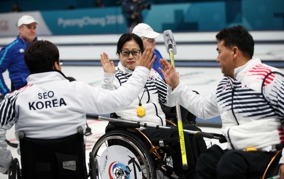 13일 강릉컬링센터에서 열린 2018 평창동계패럴림픽 휠체어 컬링 대한민국과 핀란드의 경기에서 승리한 한국 서순석(왼쪽부터), 방민자, 차재관이 기뻐하고 있다. [강릉=연합뉴스]