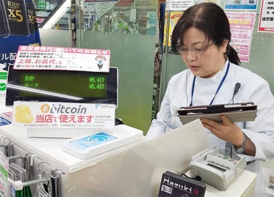 지난달 21일 일본 도쿄 신주쿠의 양판점 체인 라비의 점원이 비트코인 결제를 시도하고 있다. [고란 기자]