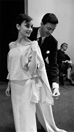 1956년 오드리 헵번의 드레스를 피팅하고 있는 모습. [중앙포토]