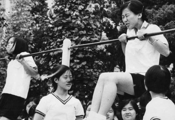 '체력장'에서 오래 매달리기를 하고 있는 여자 고등학생. [중앙포토]