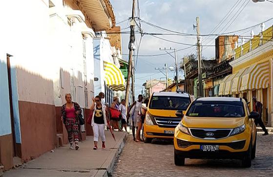 2011년 민간에 택시·민박 등 소규모 자영업을 허용하면서 쿠바엔 다양한 택시가 영업 중이다. 사진은 한국산 현대차와 기아차.