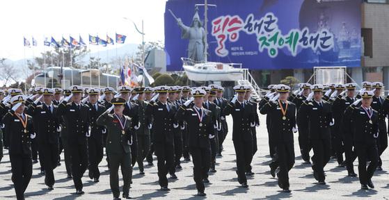 해군사관생도들이 졸업및 임관식에서 분열을 하고 있다.송봉근 기자
