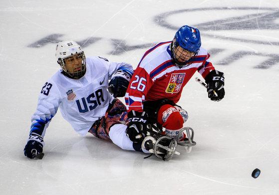 지난 12일 평창 겨울패럴림픽 아이스하키 체코와의 경기에서 퍽을 다투는 미국의 리코 로만(왼쪽). [로이터=연합뉴스]