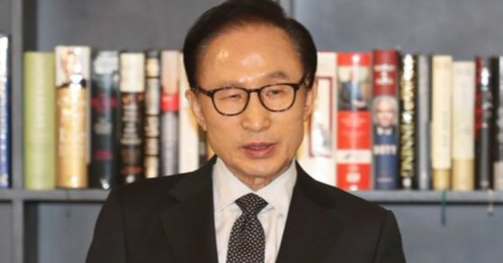 이명박 전 대통령이 17일 오후 서울 강남구 삼성동 사무실에서 검찰의 국정원 특수활동비 의혹 수사 등과 관련한 입장을 발표하고 있다.