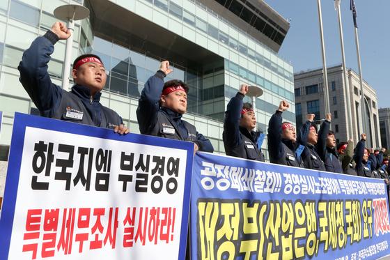 한국GM 노동조합은 지난 6일 오전 서울 여의도 산업은행 앞에서 대정부 요구사항을 밝히는 기자회견을 했다. [최정동 기자]