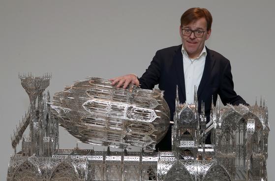 빔 델보예는 실용적 사물을 고급스런 장식으로 변신시키며 해체하고 재구성하는 작업을 즐긴다. [최정동 기자]