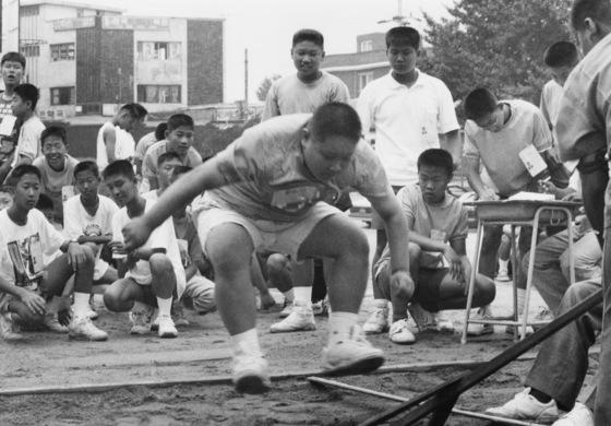 '체력장'에서 제자리 멀리뛰기를 하고 있는 남자 중학생들. [중앙포토]