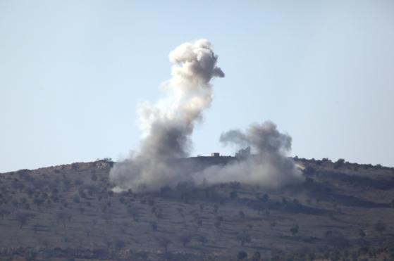지난 1월 30일 터키 국경마을 킬리스에서 바라본 국경 너머 군 작전지대에서 연기가 치솟고 있다. 터키군은 시리아 아프린 일대에서 쿠르드군을 소탕하는 군사작전을 벌이고 있다. [AP=연합뉴스]
