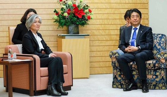 강경화 외교부 장관이 지난해 아베 총리를 예방했을 때는 의자 모양과 높이가 달랐다. [로이터=연합뉴스]