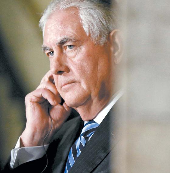 전화통화를 하며 생각에 잠겨 있는 렉스 틸러슨 미국 국무장관. [로이터=연합뉴스]