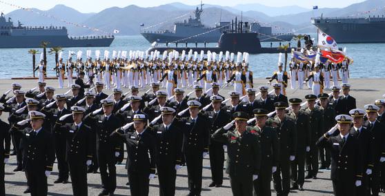 해사 제72기 사관생도 졸업및 임관식에 독도함,이지스함,잠수함 등 대한민국 해군이 보유한 첨단 선박들이 참석해 눈길을 끌었다.송봉근 기자