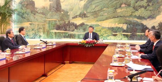 정의용 국가안보실장이 12일 오후 중국 베이징(北京) 인민대회당 푸젠팅에서 상석에 앉은 시진핑 주석에게 방북 방미 결과를 설명하고 있다. 정 실장(왼쪽 둘째)과 노영민 주중대사 맞은 편에 양제츠 국무위원, 왕이 외교부장, 추궈홍 주중 한국대사가 마주보고 앉아있다. [연합뉴스]