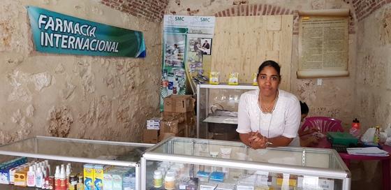 쿠바 수도 아바나의 국영 약국 모습. 쿠바는 무상 의료를 제공하고 의약품은 국영 약국에서 싼값에 판다. 다만 희귀약이나 수입 약은 별도 약국에서 외화와 바꾼 돈으로 사야 한다.