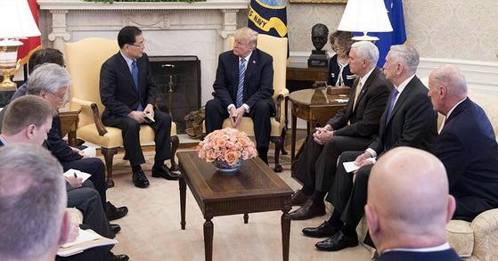정의용 청와대 국가안보실장이 8일(현지시간) 오후 미국 워싱턴 백악관 오벌오피스에서 도널드 트럼프 미국 대통령을 만나 방북 성과에 대해 설명하고 있다. 틸러슨 국무장관은 소외돼 있었다.
