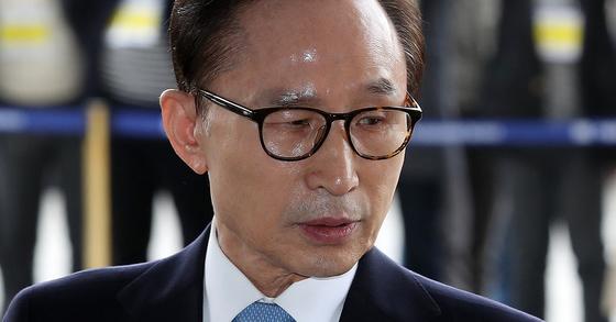 14일 오전 서울중앙지검에 나온 이명박 전 대통령.[사진 공동취재단]