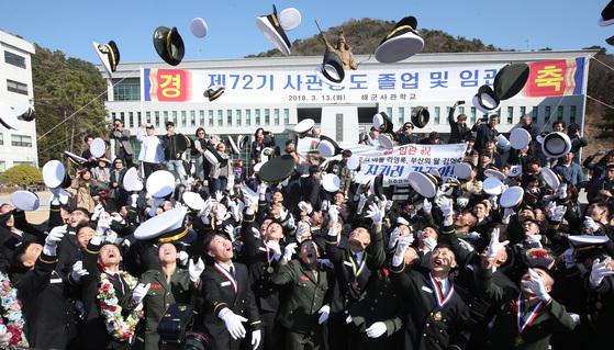 해군사관생도들이 졸업및 임관식 후 모자를 던지며 졸업을 축하하고 있다.송봉근 기자