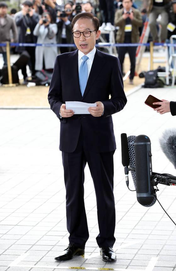 이명박 전 대통령이 14일 오전 9시 23분 서울중앙지검에 출석해 포토라인에 서서 심경을 밝히고 있는 모습. 강정현 기자