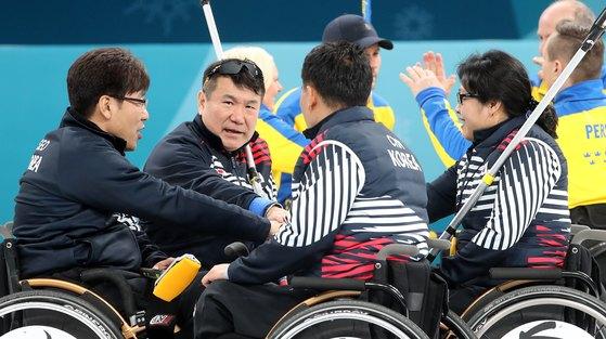 14일 오후 강원도 강릉시 강릉컬링센터에서 열린 2018 평창 동계 패럴림픽 휠체어컬링 예선 9차전 대한민국과 스웨덴의 예선 8차전 경기에서 대한민국 대표팀이 승리를 다짐하고 있다. [뉴스1]