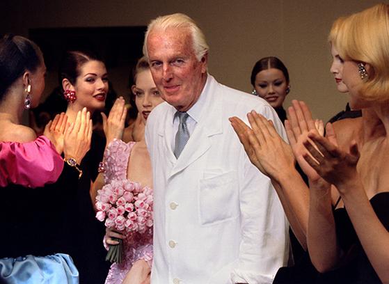 1995년 자신의 은퇴쇼에서 인사하고 있는 위베르 드 지방시. [로이터 연합뉴스]