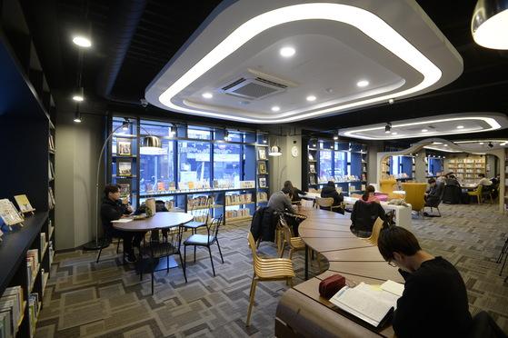 전철 역사 아래쪽 지상의 자투리 공간에 만들어진 전국 첫 공공도서관인 '가재울 도서관'. [사진 의정부시]