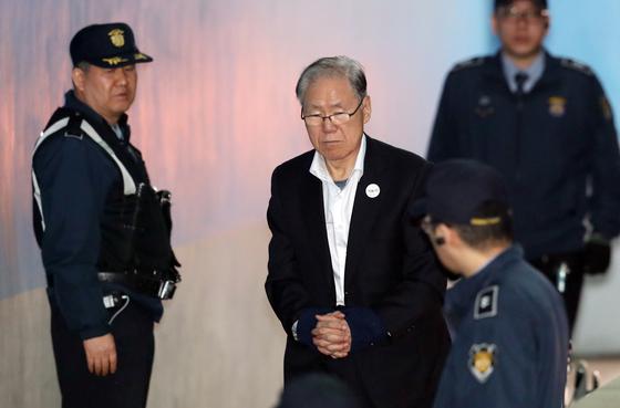 김백준 전 청와대 총무기획관이 14일 오전 서울중앙지법에서 열린 재판에 출석하기 위해 법정으로 향하고 있다. 김경록 기자