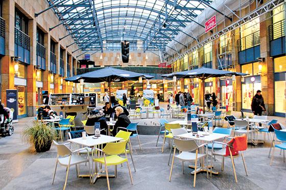 추크 메탈리 백화점에 사람들이 오가고 있다. 이 인근에는 5~6개의 블록체인 관련 기업이 모여 있다.