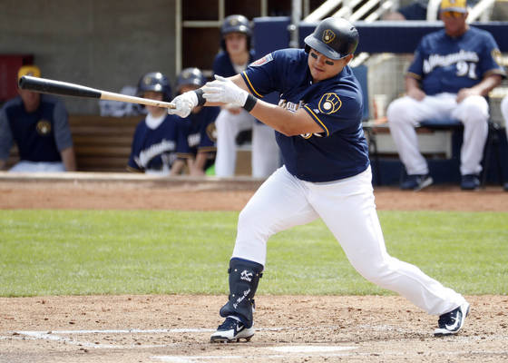 Milwaukee Brewers Ji-Man Choi follows through on a base hit against the Arizona Diamondbacks during the second inning of a spring training baseball game Thursday, March 8, 2018, in Phoenix. (AP Photo/Matt York) <저작권자(c) 연합뉴스, 무단 전재-재배포 금지>