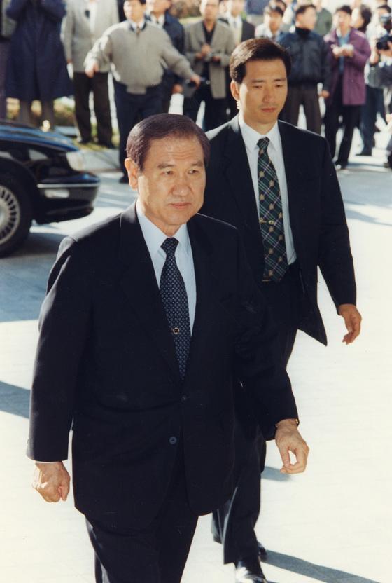 1995년 11월 1일 오전 자진출두 형식으로 검찰의 소환에 응한 노태우 전 대통령이 대검에 도착, 차에서 내린뒤 검찰청으로 걸어들어가고 있다.[중앙포토]